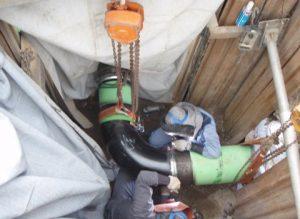 新管と既設管を接続するつなぎ管を溶接する