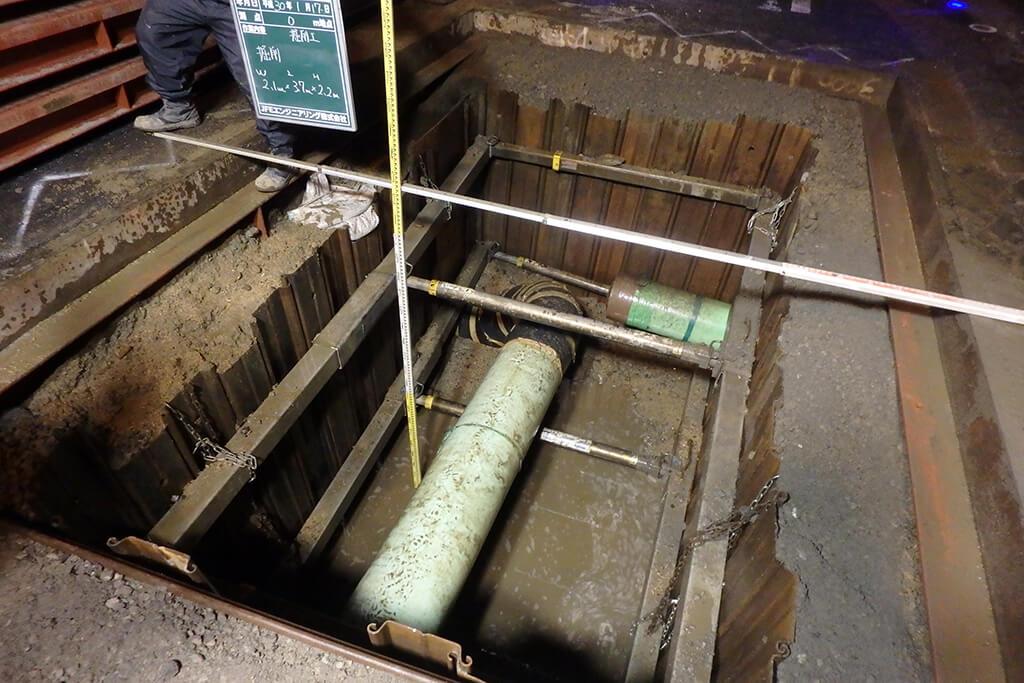 連絡口掘削完了湧水多い